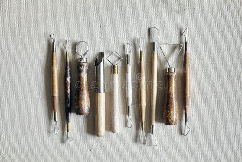 Keramischer Arbeitsprozeß mit Lehm und Werkzeugen für handgefertigte Arbeit Muster von oben stockfotografie