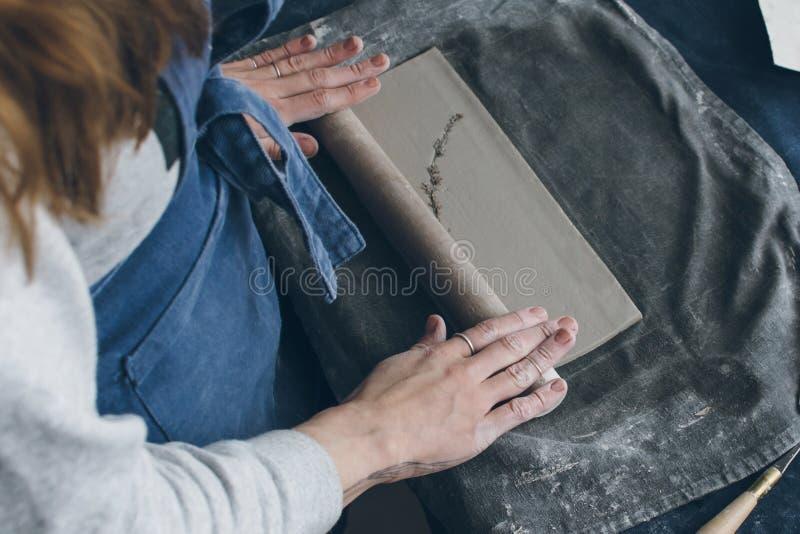 Keramischer Künstler, der an einem Lehm arbeitet stockfotos