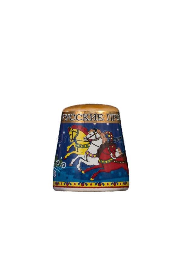 Keramisches Andenkenspielzeug mit Farbmalerei auf lokalisiertem weißem Hintergrund lizenzfreie stockfotografie