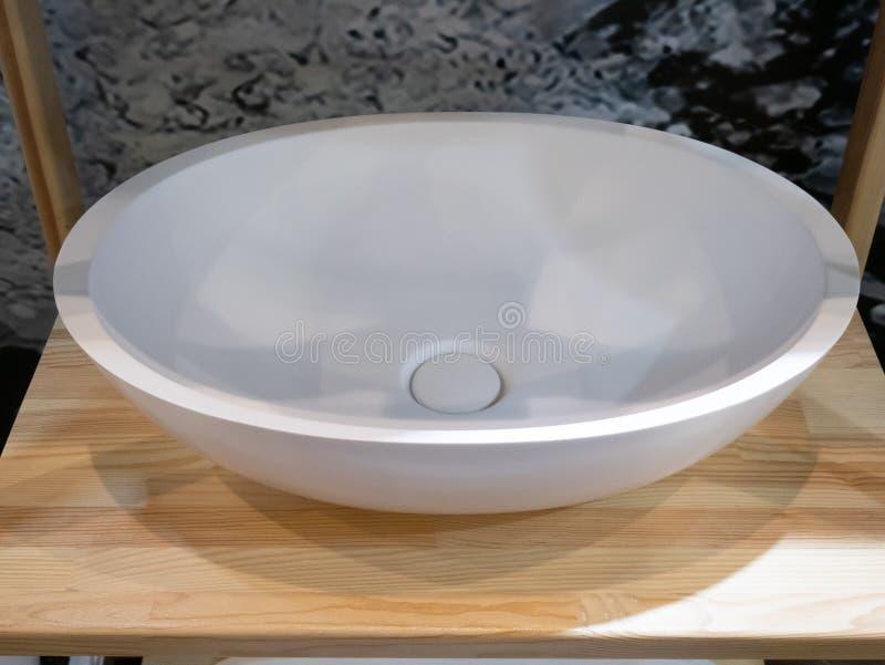 Keramisches der modernen Ellipse weißes oder weißes Steinwaschbecken lizenzfreies stockbild