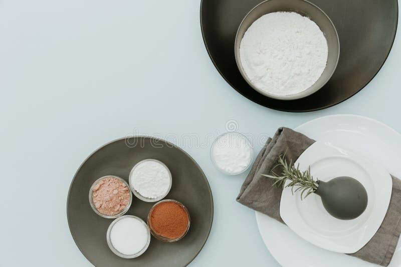 Keramisches Geschirr mit Backen ingredientes Draufsicht über Pastellhintergrundspott oben lizenzfreie stockfotografie