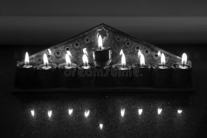 Keramisches hanukiah beleuchtete mit 4 Kerzen und shamash b&w, Vorderansicht lizenzfreie stockbilder