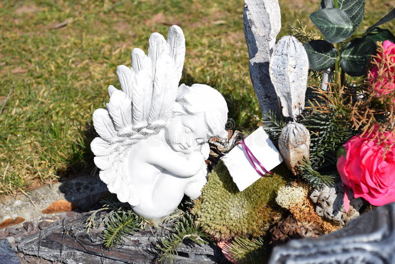 Keramisk ängel och att bevaka ängelkyrkogården och att sova ängelkyrkogården som drömmer ängelkyrkogården, ängel som göras från k royaltyfri fotografi