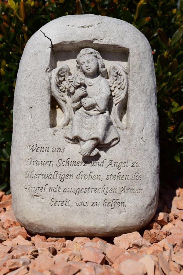 Keramisk ängel och att bevaka ängelkyrkogården och att sova ängelkyrkogården som drömmer ängelkyrkogården, ängel som göras från k fotografering för bildbyråer