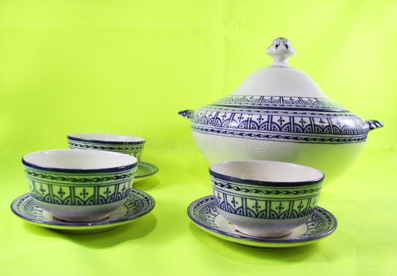 Keramisk bordsservis, den keramiska laga mat Marocko Ramadankrukan isolerade arkivbild