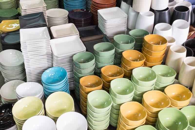 Keramisk bordsservis i den Jatujak helgmarknaden, Thailand royaltyfri fotografi