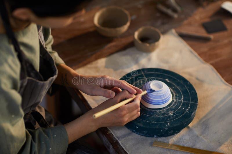Keramisk bunke för keramikermålning fotografering för bildbyråer