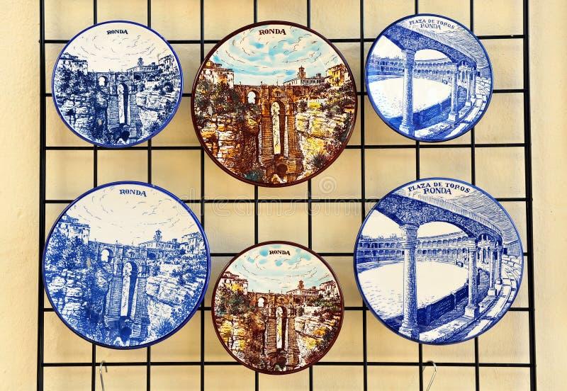 Keramisk disk med sikter av Ronda, Malaga landskap, Spanien arkivbilder
