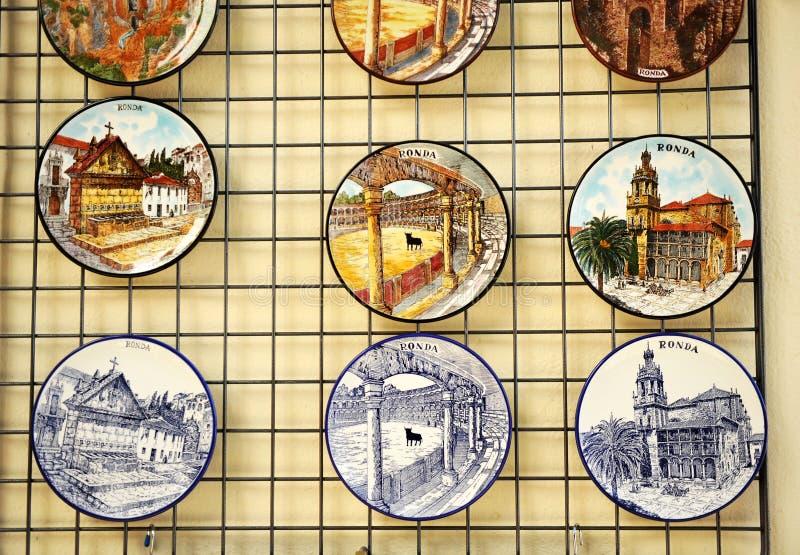Keramisk disk med sikter av Ronda, Malaga landskap, Spanien arkivbild