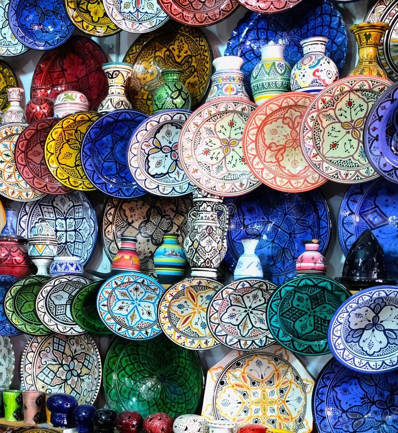 Keramisk disk och andra keramiska produkter som göras av marockanska hantverkare vid handen royaltyfria foton