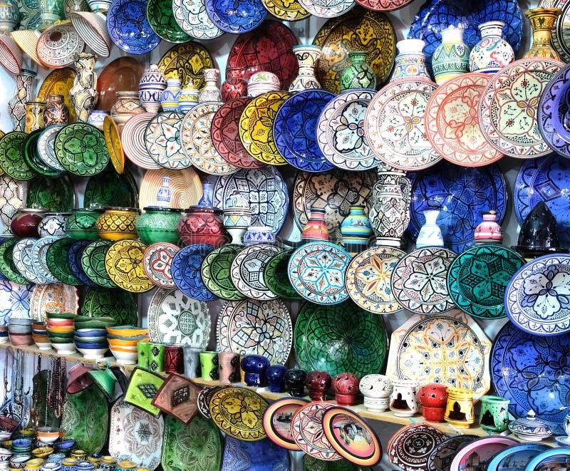 Keramisk disk och andra keramiska produkter som göras av marockanska hantverkare vid handen fotografering för bildbyråer