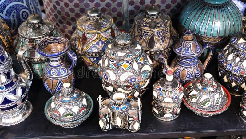 Keramisk disk och andra keramiska produkter som göras av marockanska hantverkare vid handen royaltyfria bilder