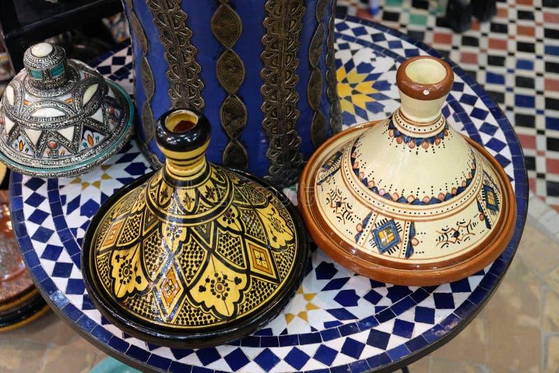 Keramisk disk och andra keramiska produkter som göras av marockanska hantverkare vid handen arkivbild