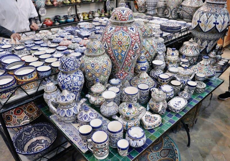 Keramisk disk och andra keramiska produkter som göras av marockanska hantverkare vid handen arkivbilder