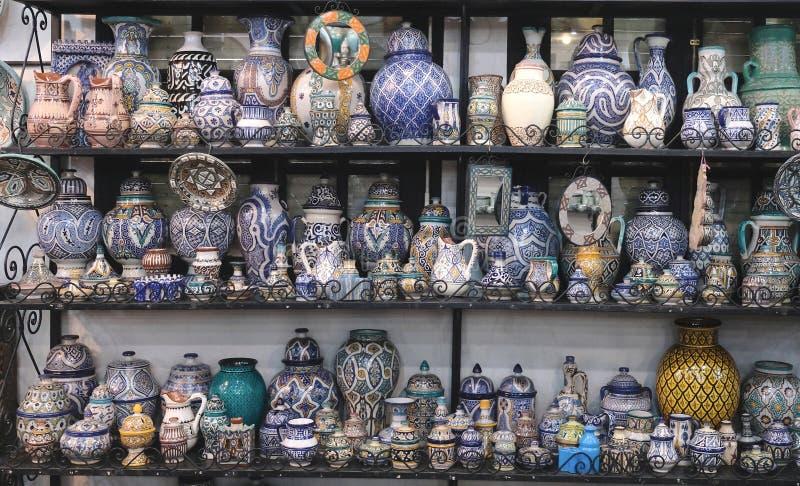 Keramisk disk och andra keramiska produkter som göras av marockanska hantverkare vid handen arkivfoto
