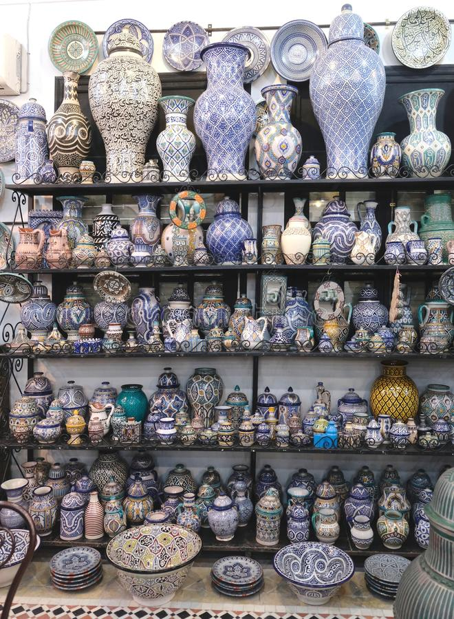 Keramisk disk och andra keramiska produkter som göras av marockanska hantverkare vid handen royaltyfri fotografi