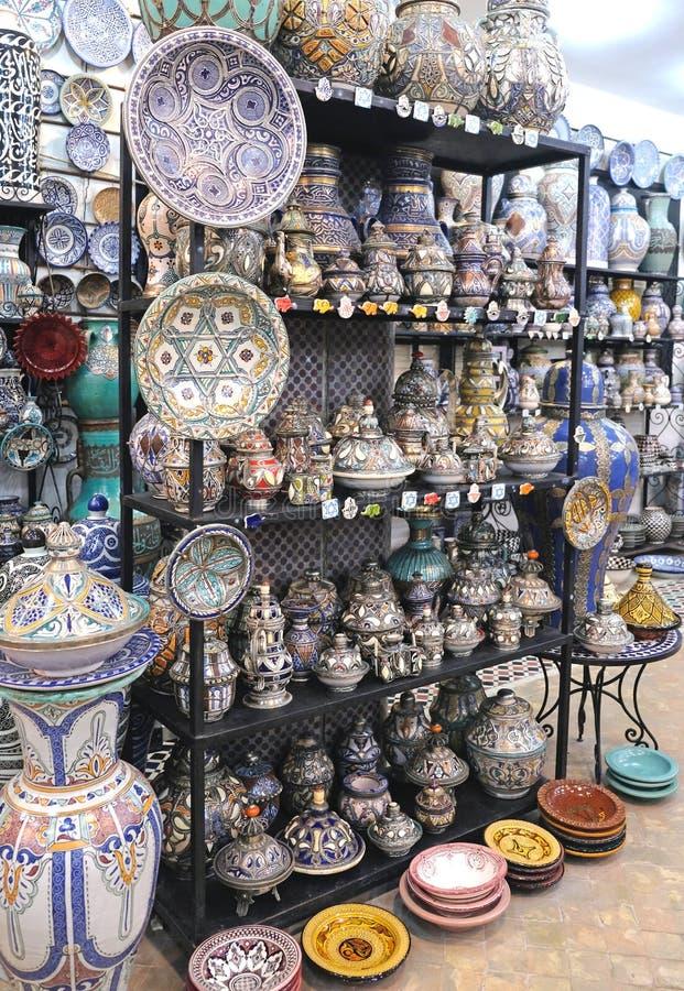 Keramisk disk och andra keramiska produkter som göras av marockanska hantverkare vid handen arkivfoton