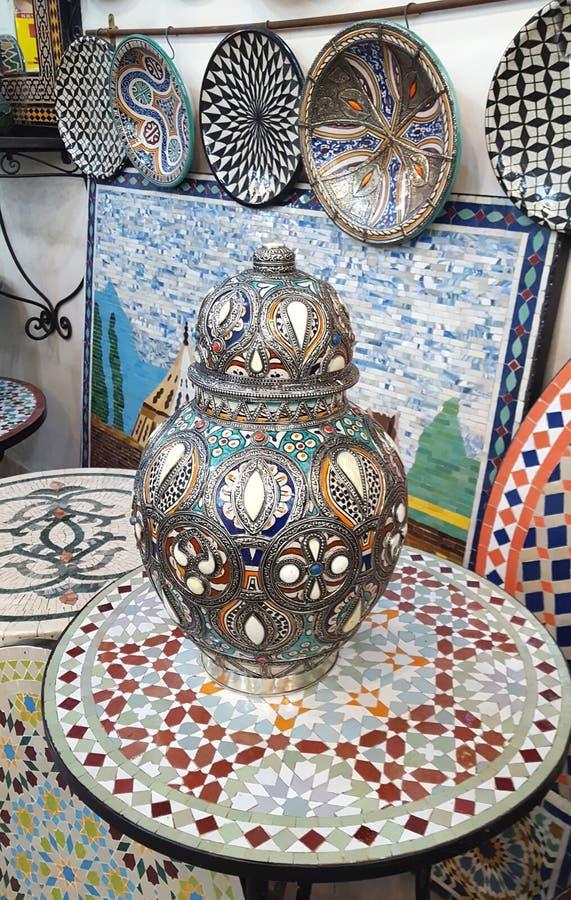 Keramisk disk och andra keramiska produkter som göras av marockanska hantverkare vid handen royaltyfri bild