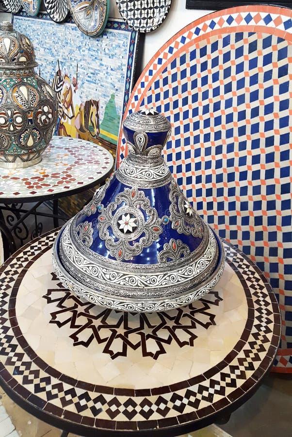 Keramisk disk och andra keramiska produkter som göras av marockanska hantverkare vid handen royaltyfri foto