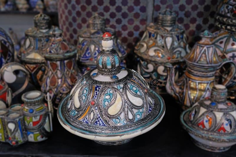 Keramisk disk och andra keramiska produkter som g?ras av marockanska hantverkare vid handen arkivfoto