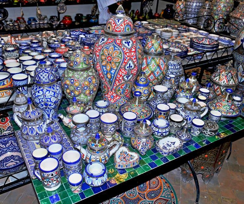 Keramisk disk och andra keramiska produkter som g?ras av marockanska hantverkare vid handen arkivbilder