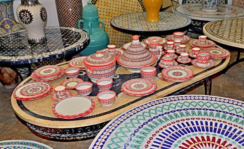 Keramisk disk och andra keramiska produkter som g?ras av marockanska hantverkare vid handen royaltyfria bilder