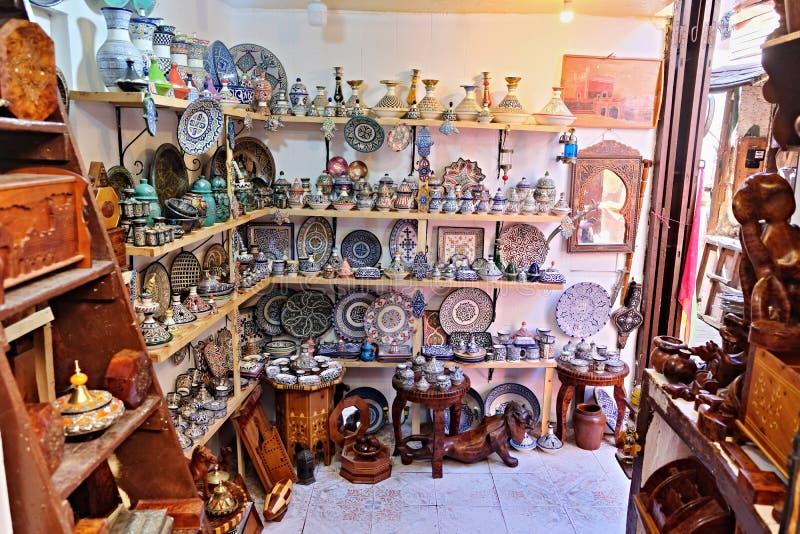 Keramisk disk och andra keramiska produkter som g?ras av marockanska hantverkare vid handen royaltyfri bild
