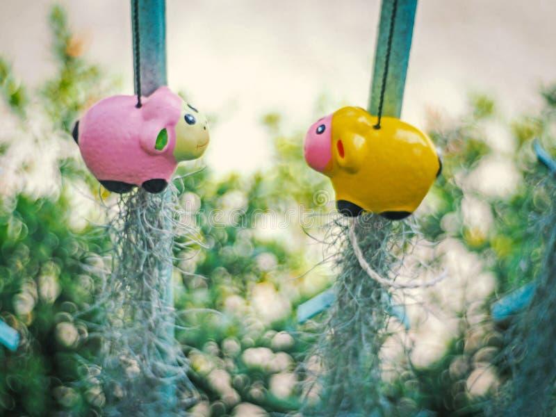 Keramisk docka som hänger i trädgården, selektiv fokus stock illustrationer