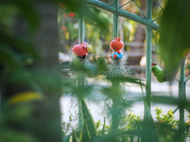 Keramisk docka som hänger i trädgården, selektiv fokus vektor illustrationer