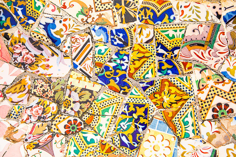 Keramisk konst parkerar in Guell i Barcelona, Spanien arkivbild