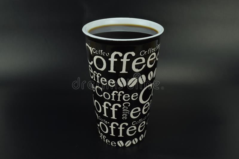 Keramisk kopp med skriftligt fullt för kaffe arkivbild