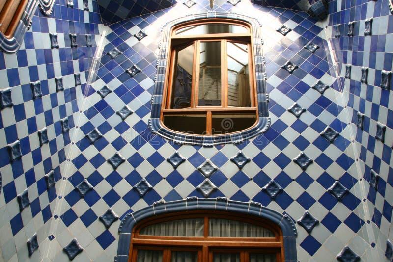 Keramisk korridor av casaen Batlo royaltyfri foto
