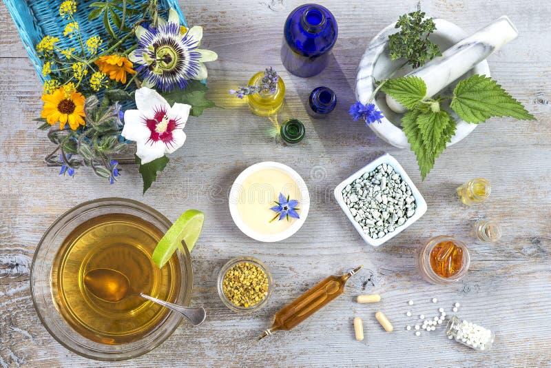 Keramisk mortel med örter och nya medicinalväxter på gammal vit trätboard Förbereda medicinalväxter för royaltyfria bilder