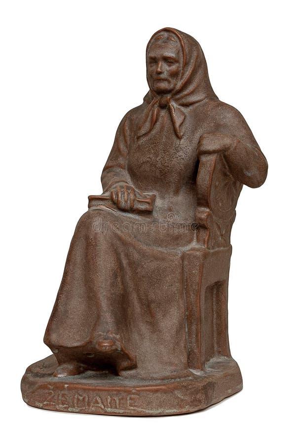 Keramisk skulptur för gammal kvinna på en vit bakgrund arkivfoto