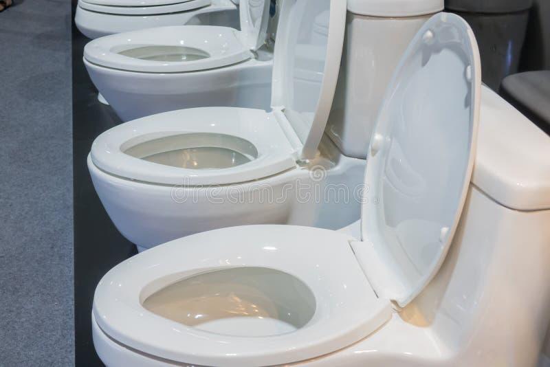 Keramisk slät toalett arkivfoto