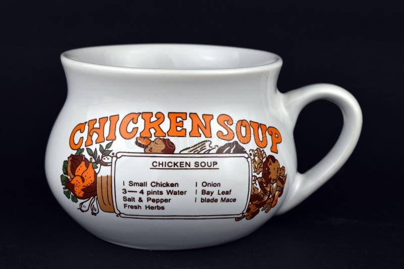 Keramisk soppabunke för tappning med recept för feg soppa på svart bakgrund royaltyfri bild