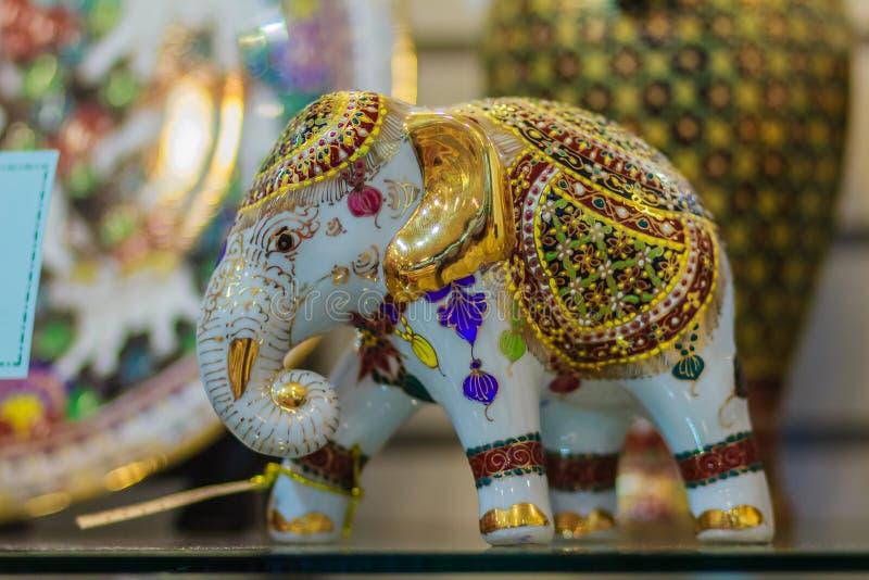 Keramisk till salu elefantmodell för gulligt porslin, högvärdig souvenir royaltyfri foto