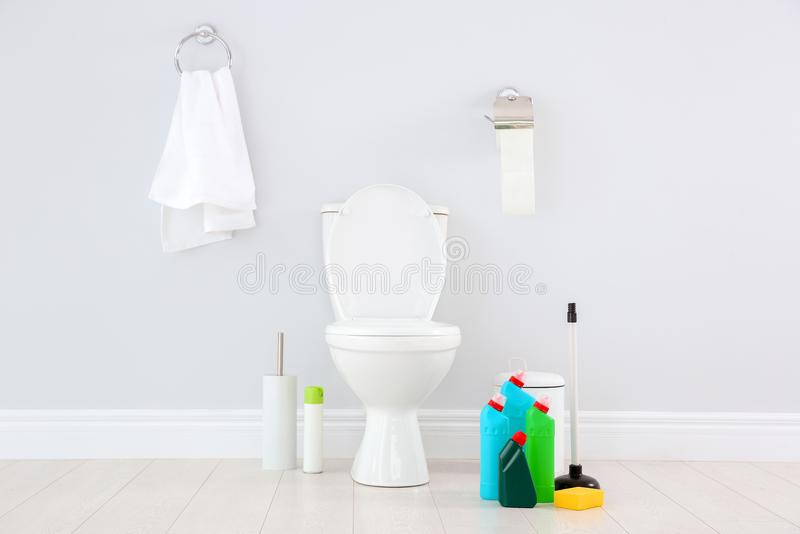 Keramisk toalettbunke, flaskor av tvättmedel royaltyfri fotografi