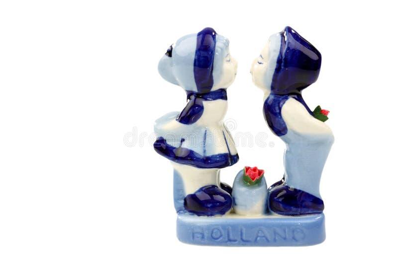 keramiska figurines holland som kysser två arkivbild