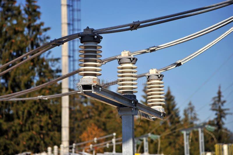 Keramiska isolatorer på en elektrisk avdelningskontor fotografering för bildbyråer