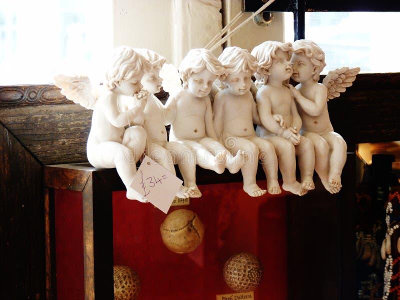 Keramiska keruber i ett antikt shoppar royaltyfri foto