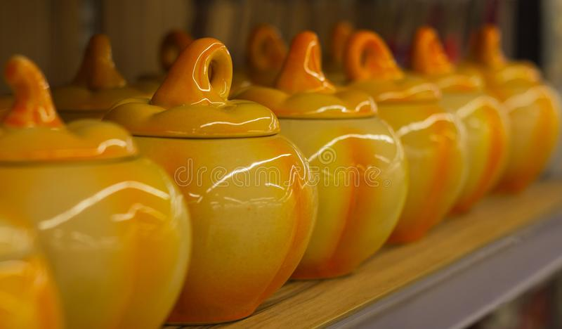Keramiska lerakrukor i form av pumpa för den varma förberedelsen fotografering för bildbyråer