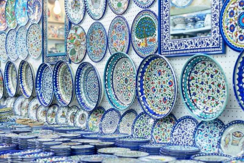 Keramiska plattor och andra souvenir som är till salu på arabiskt baazar som lokaliseras inom väggarna av den gamla staden av Jer royaltyfri bild