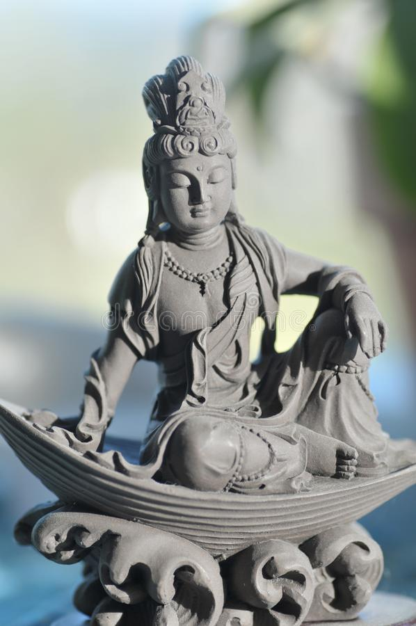 Keramiska Quan Yin Goddess av medkänsla och förskoning arkivfoton