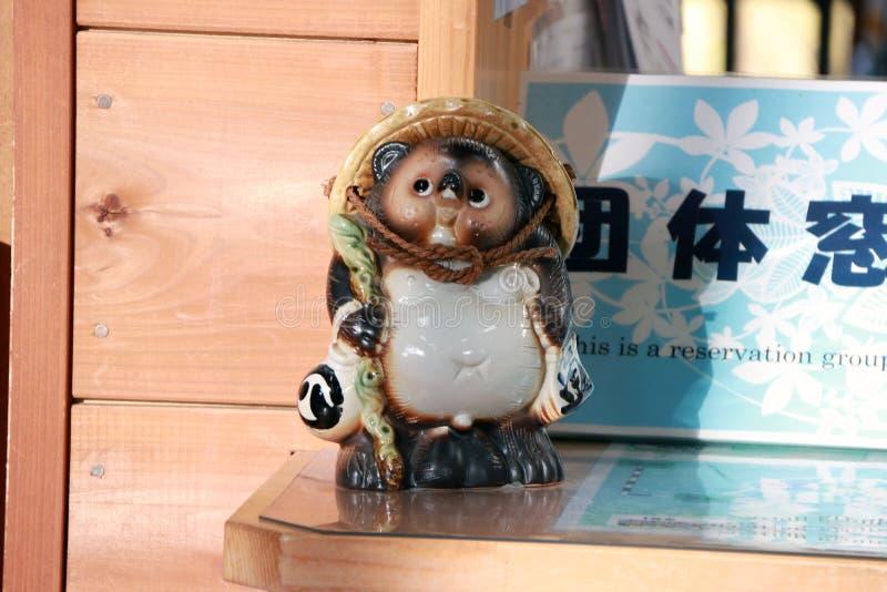 Keramiska Tanuki statyer är det en djur skulptur, eller japantvättbjörnhunden på biljettförsäljningarna kontrar på den Kameoka To royaltyfri bild