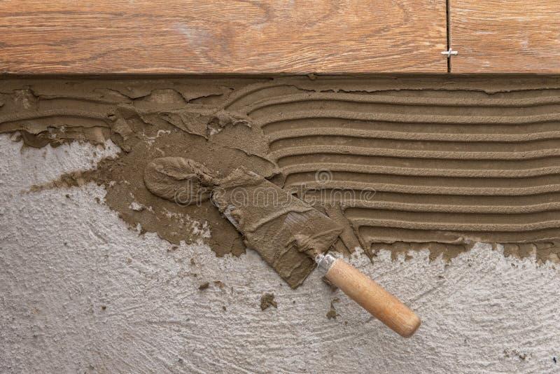 Keramiska tegelplattor och hjälpmedel för tiler Installation för golvtegelplattor arkivbild
