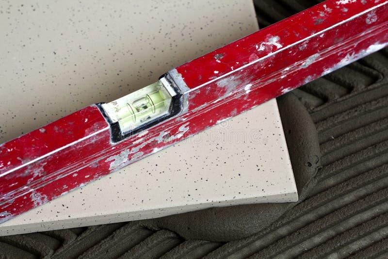 Keramiska tegelplattor och hjälpmedel för tiler Installation för golvtegelplattor Hom royaltyfria bilder
