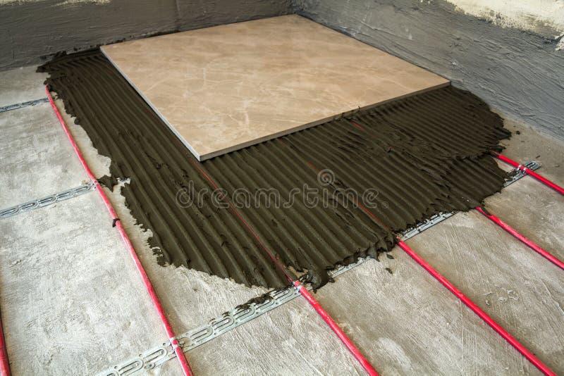 Keramiska tegelplattor och hjälpmedel för tiler Installation för golvtegelplattor Hom royaltyfri bild