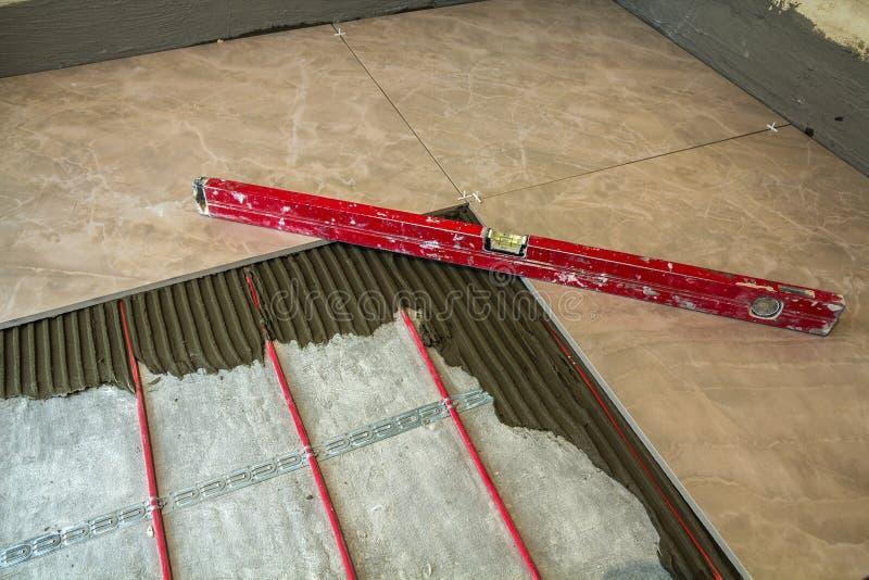 Keramiska tegelplattor och hjälpmedel för tiler Installation för golvtegelplattor Hom fotografering för bildbyråer