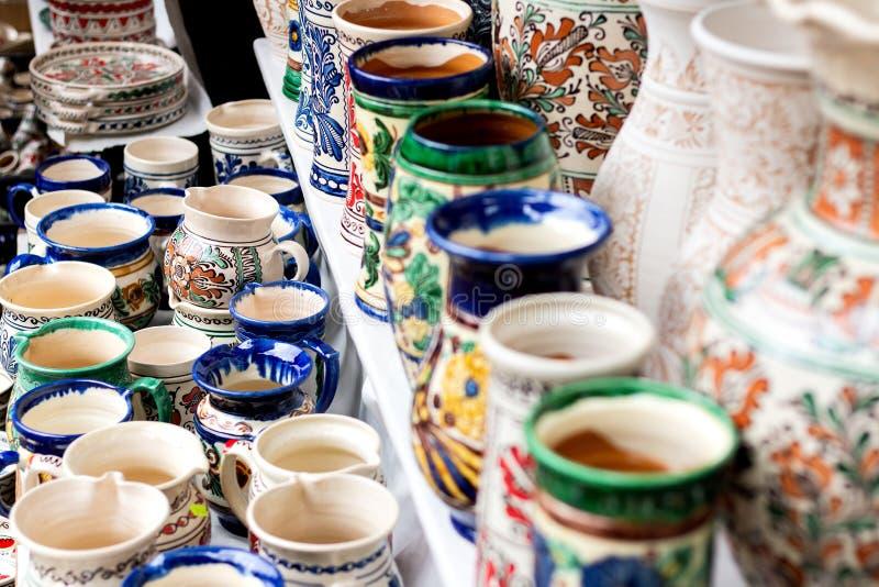 Keramiska vaser för traditionell blom- modell royaltyfri bild